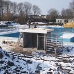 zwembad waterdam in de sneeuw