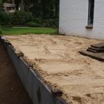 L-profielen zijn geplaatst: zand erover